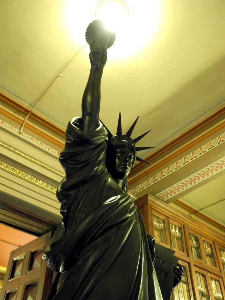 Répolica de la Estátua de la Libertad. Preside la entrada de la biblioteca.