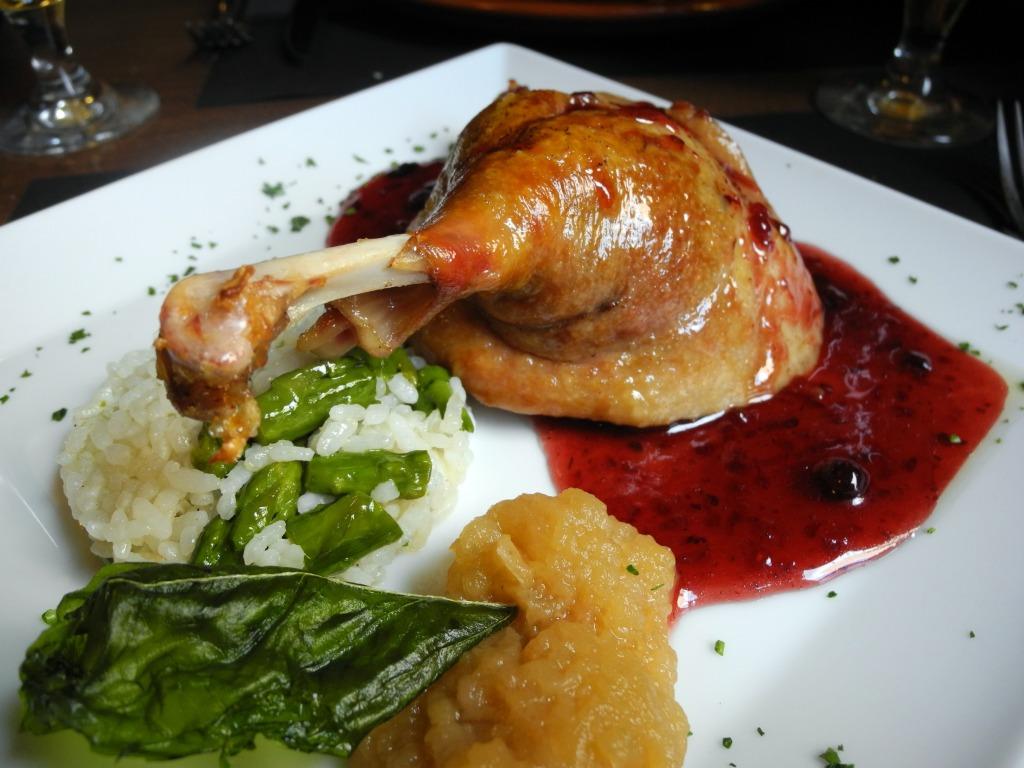 Confit de pato con vinagreta de frutos rojos.