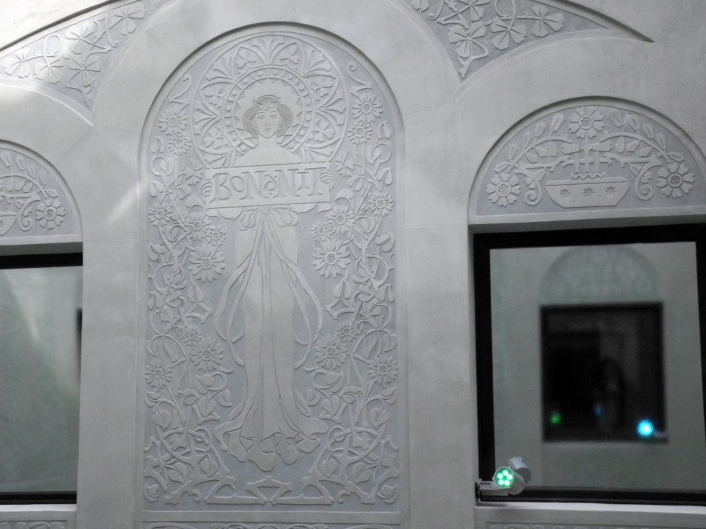 Detalle de un esgrafiado del patio de luces.