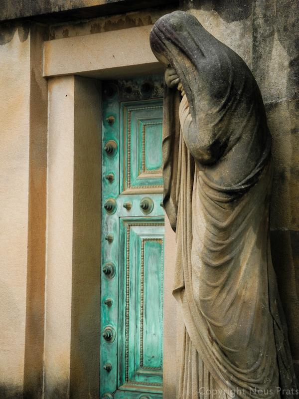 Panteón de Cayetano Vidal Dimas con la escultura de una mujer que simboliza la muerte