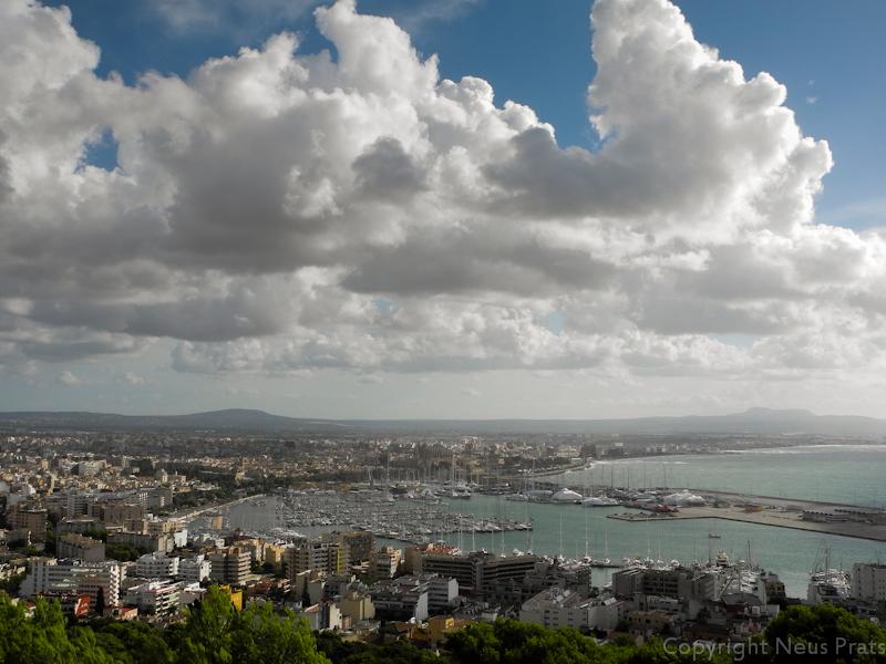 Vistas de la ciudad de Palma y su puerto desde el Castell de Bellver.