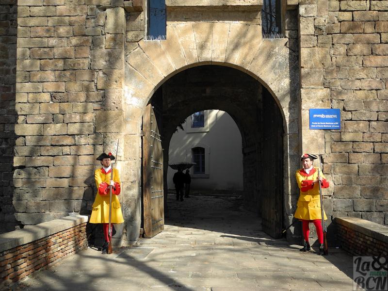porte de Santa Madrona gardée par la Coronela de Barcelone