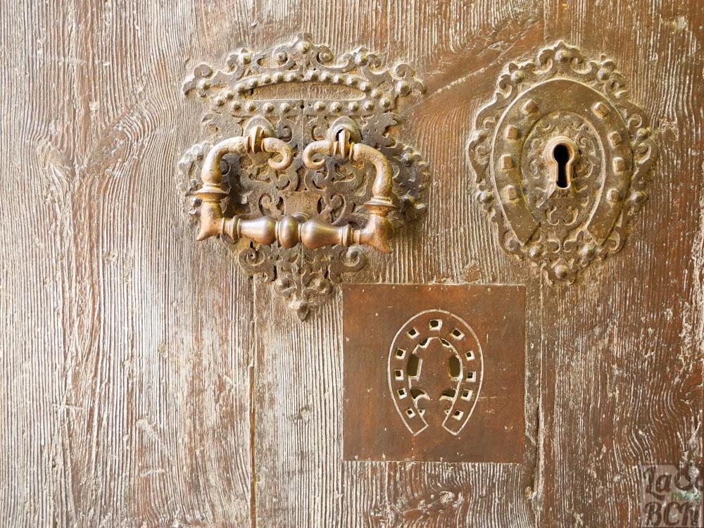Herraduras, símbolo del escudo de armas del benefactor Pau Ferran