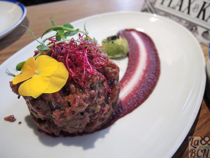 BTT: Bet Tuna Tartar. Tártar de atún y remolacha, aguacate, semillas y brotes.